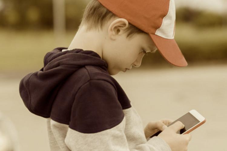 Photo of Smartphones causam vício em crianças semelhante às drogas ilícitas aos adultos