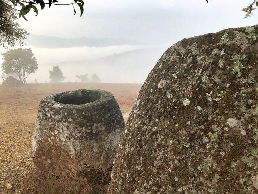 Dia de névoa no sitio 2 mostrando dois Jarros megalíticos de arenito